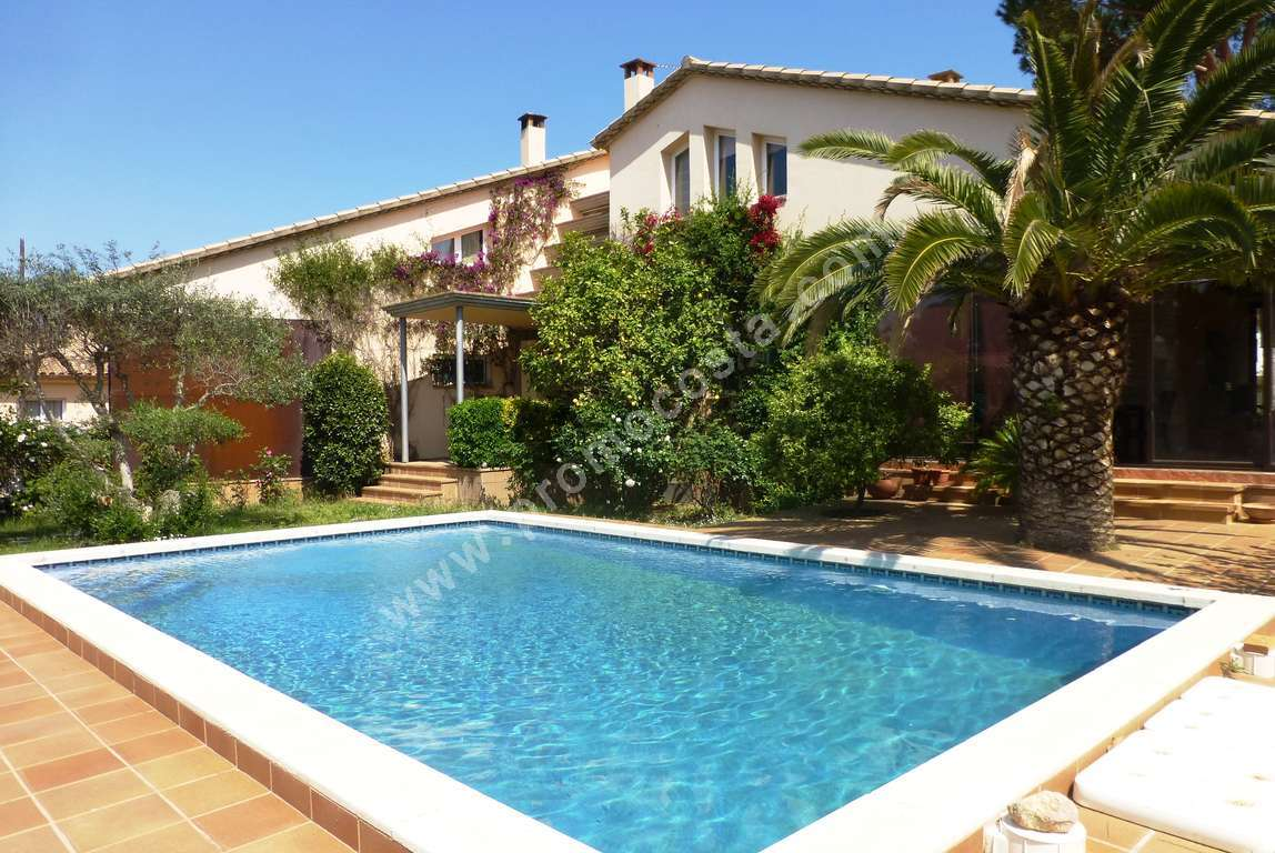 L 39 escala house with garden and private pool for Jardin 600m2