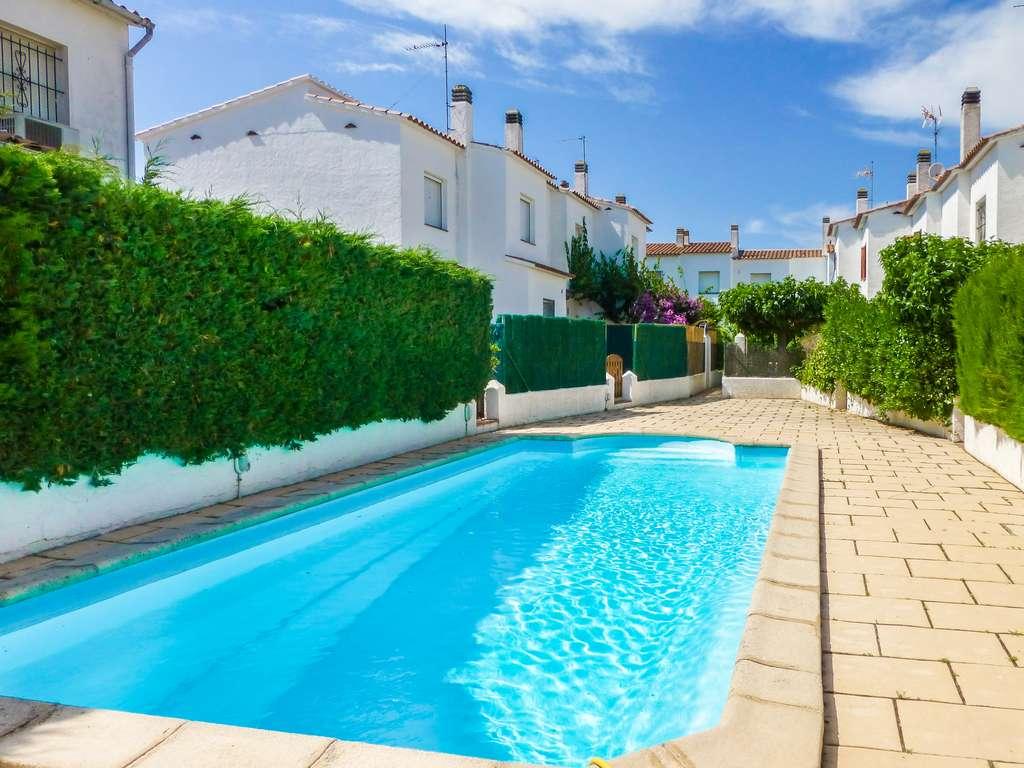 L 39 escala casa con jard n privado y piscina comunitaria for Casas c piscina