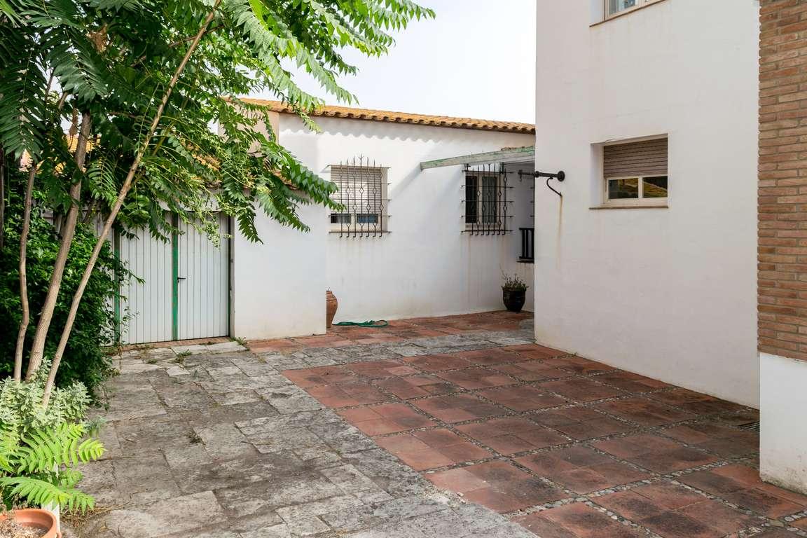 L 39 escala grande maison centrale avec patio et garage for Acheter garage investissement