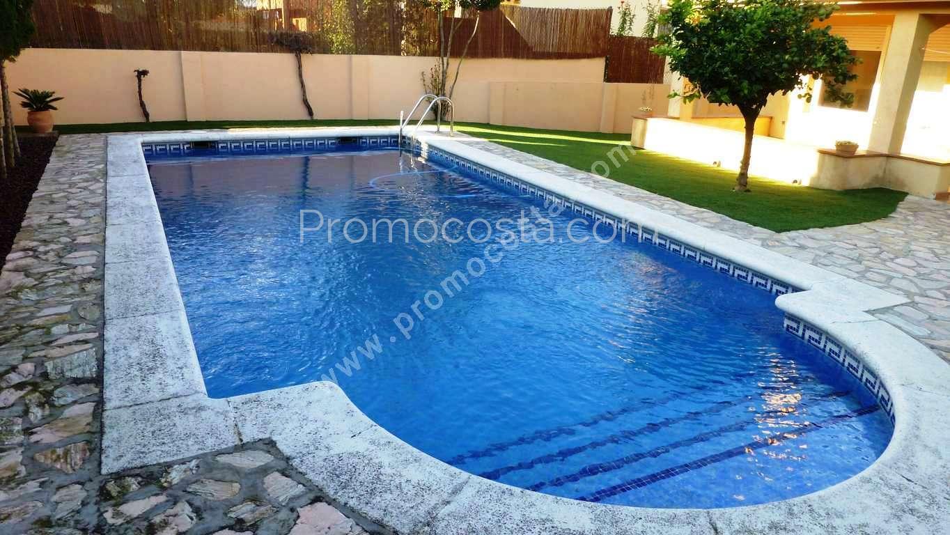 L 39 escala maison individuelle avec jardin et piscine for Piscine privee