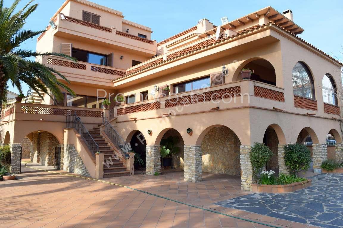 luescala magnifica casa con jardn y piscina privada