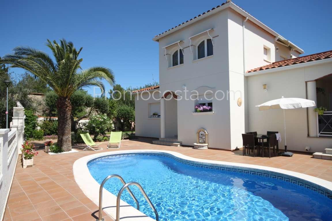 L 39 escala belle villa en parfait tat avec jardin et for Villa moderne avec jardin