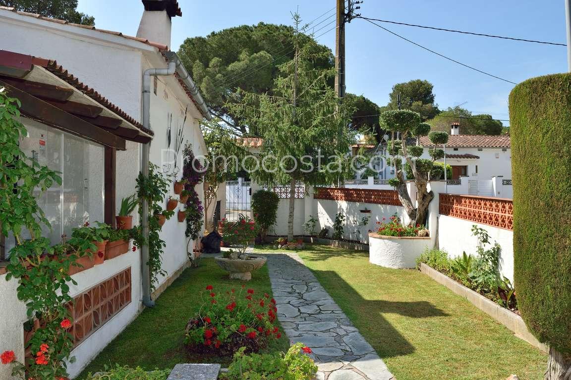 L 39 escala casa independiente de planta baja con jard n for Casas con jardin y piscina