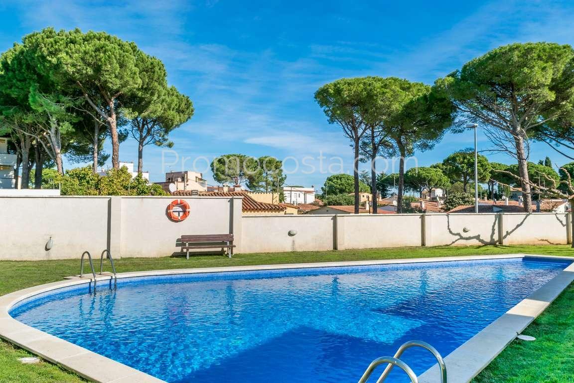 L 39 escala maison nouvellement construite avec jardin priv et piscine communautaire for Construction piscine 972