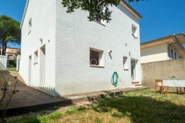 L'Escala - Casa con jardín privado distribuida en 2 viviendas