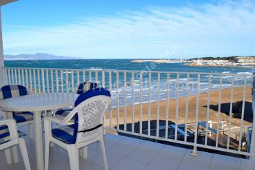 L'Escala - Apartment with sea view in first line of beach