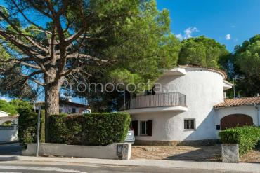 L'Escala - Unique house, totally renovated with community swimming pool and garage .