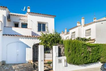 L'Escala - House with private garden, communal pool and garage