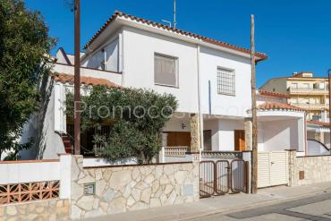 L'Escala - Pleasant house with patio and garage, very close to the beach
