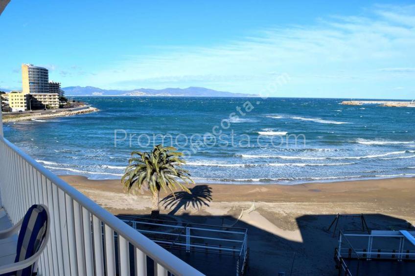 L'Escala, Pis amb vistes al mar a primera línia de platja