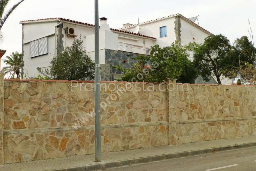 L'Escala, Spacious house with land of 880m2