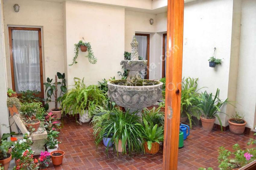 L'Escala, Amplia casa con patio interior