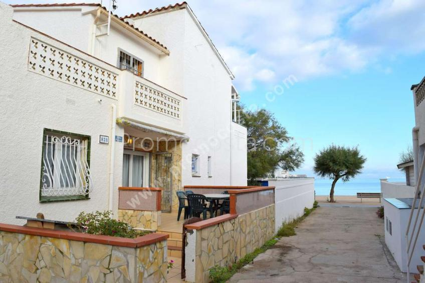 L'Escala, House overlooking the sea , 1st line of beach