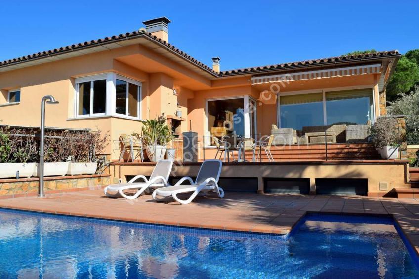 L'Escala, Impresionante casa con jardín y piscina .