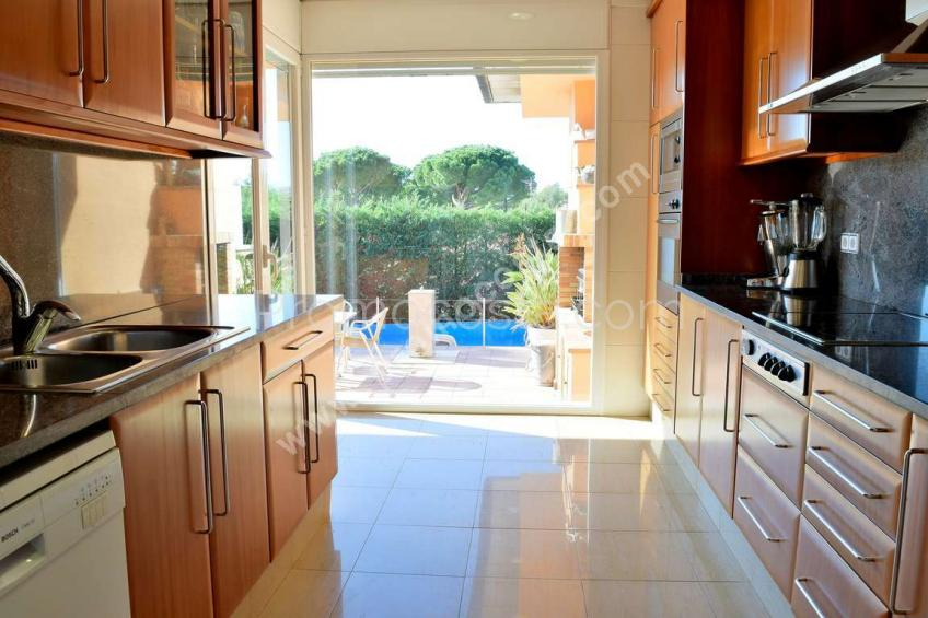 L'Escala, Stunning house with garden and heated pool .