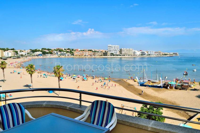 L'Escala, Apartment situated on the 1st line of the sea, with community pool
