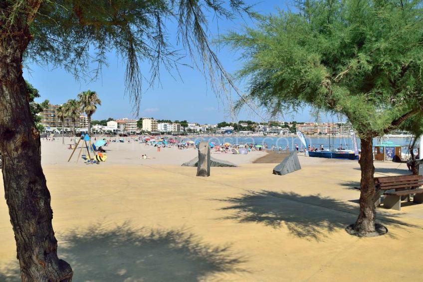 L'Escala, Piso situado en 1a línea de mar, con piscina comunitaria