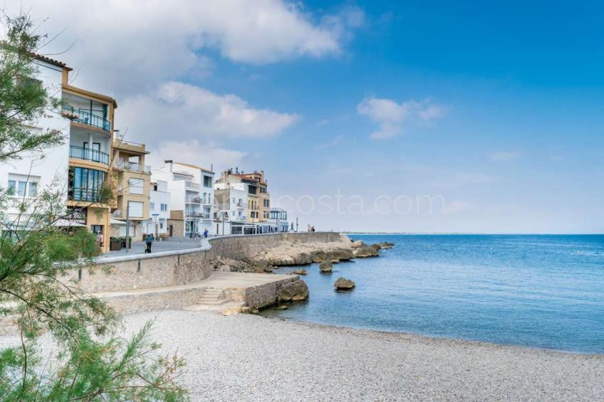 Exclusive apartment with private garage, 20m from the beach of the Old Town .
