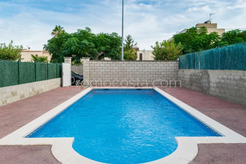 L'Escala, Casa con jardín privado y piscina comunitaria
