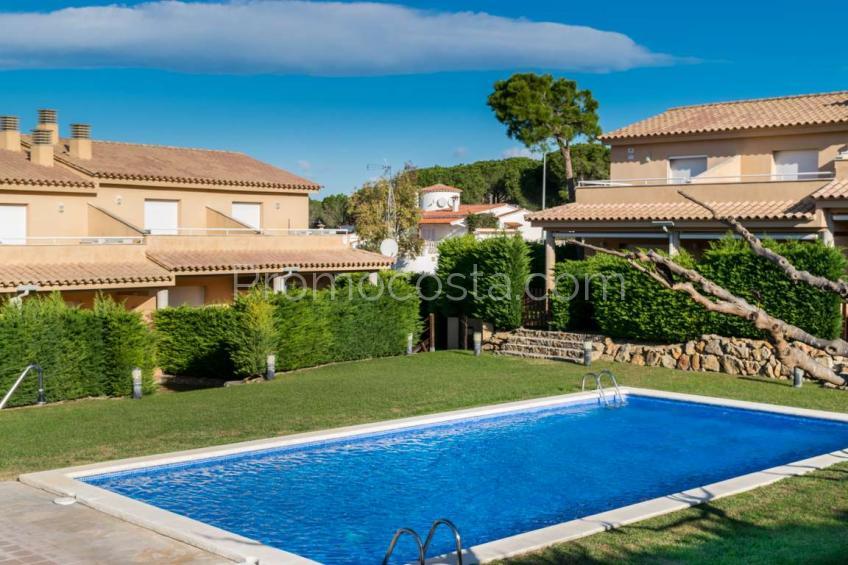 L'Escala, Casa con jardín y piscina