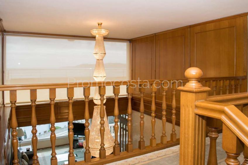 Llança, Casa de diseño con vista panorámica al mar