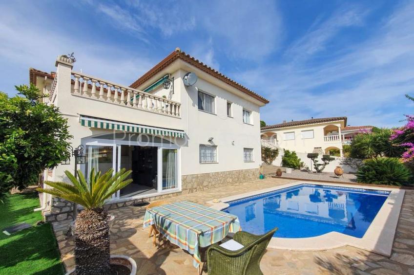 Casa con piscina y vistas al mar