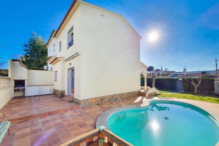 Casa con piscina y jardín privado