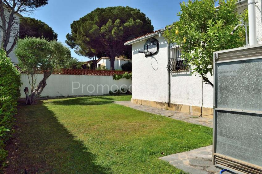 L'Escala, Independent ground floor house with private garden, community pool and garage