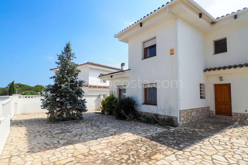L'Escala, Amplia casa independiente con bonitas vistas y piscina privada