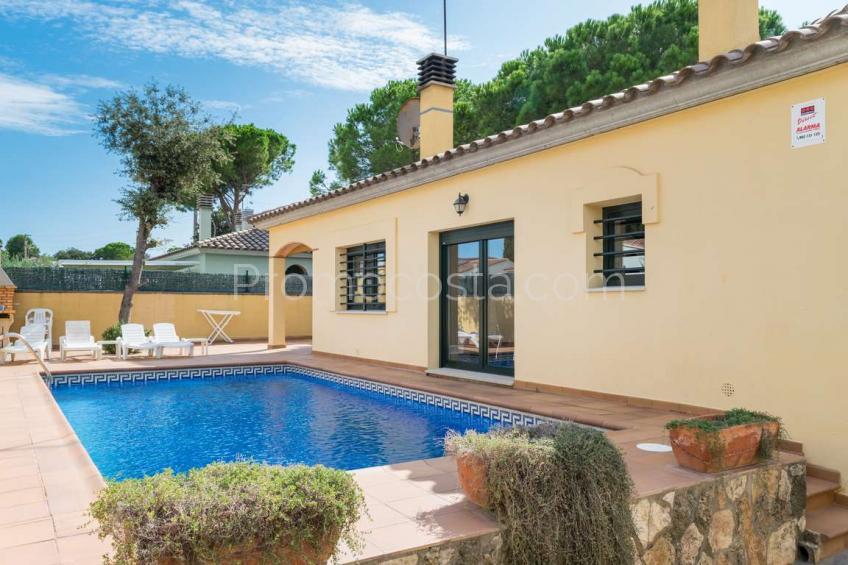Casa independiente con piscina privada y garaje
