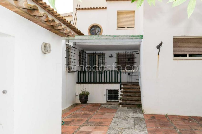 L'Escala, Big central house with patio and garage, ideal investment