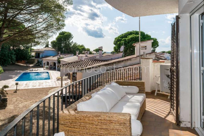 L'Escala, Casa singular, totalmente renovada con piscina comunitaria y garaje .