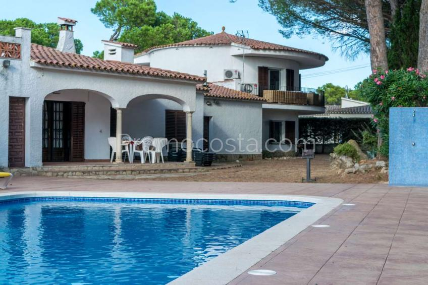 L'Escala, Unique house, totally renovated with community swimming pool and garage .