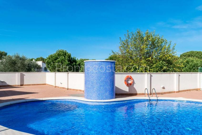 L'Escala, Casa de construcción reciente con jardín privado y piscina comunitaria