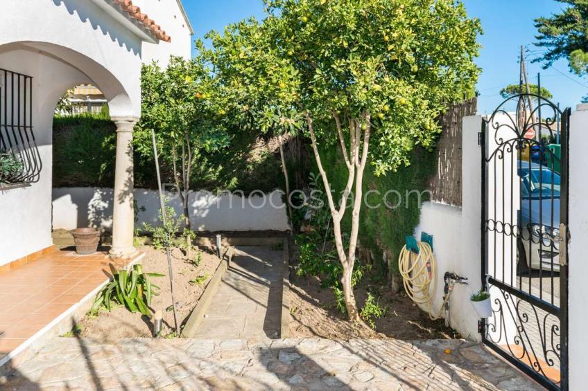 L'Escala, Casa amb jardí privat, piscina comunitària i garatge