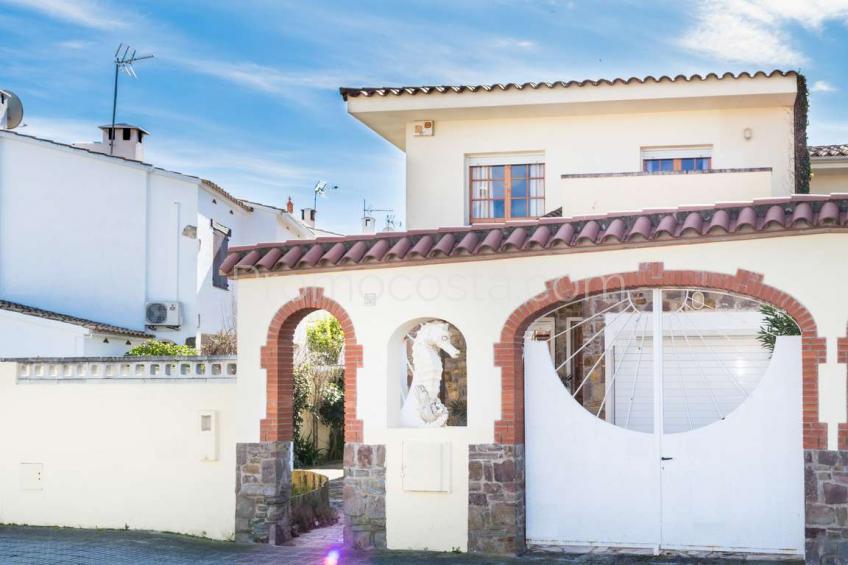 L'Escala, Casa con jardín y piscina privada a solo 500m de la playa
