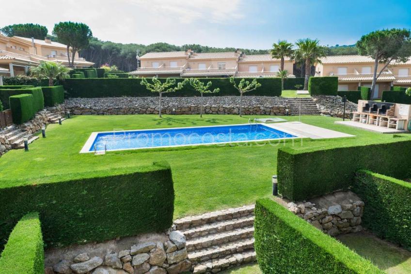 L'Escala, Casa con jardín y piscina comunitaria