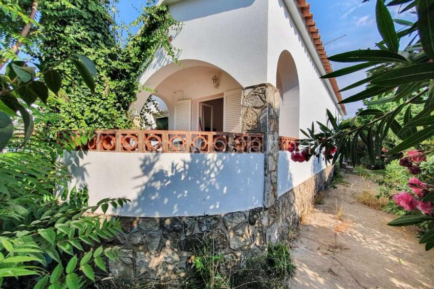 Casa de planta baja con jardín y garaje