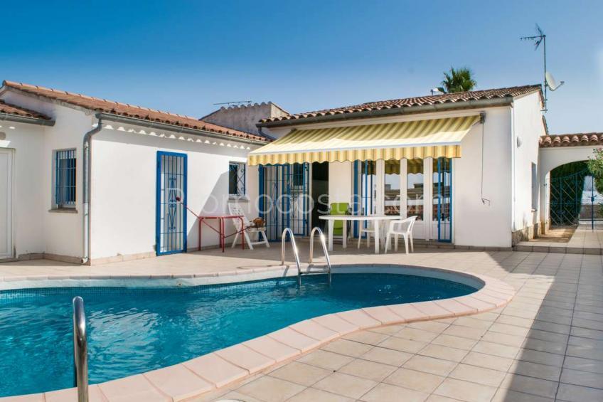 Casa de planta baja con piscina privada